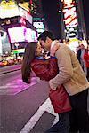 Couple s'enlaçant à Times Square, New York City, New York, États-Unis