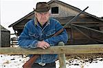 Homme avec le fusil de chasse gardiennage propriété