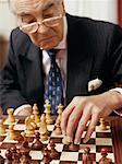 Leitender Geschäftsmann spielt Schach
