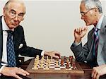 Zwei Geschäftsleute spielt Schach