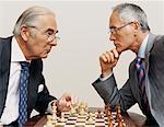 Zwei Geschäftsleute suchen von Angesicht zu Angesicht und spielen Schach
