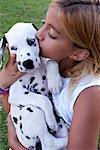 Fille avec chiot dalmatien