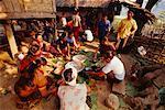 Personnes préparant des repas ensemble, Banna, Laos