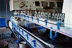 Flaschen auf Förderband In Rum-Fabrik, Camaguey, Kuba
