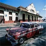 Vintage voiture garée à l'extérieur de la gare, Santa Clara, Cuba