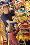 Homme et femme regardant Skateboards en magasin