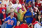 Mann stand in der Mitte des eine Menge Fans, Jubel für die gegnerische Mannschaft