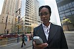 Geschäftsfrau mit Handy, Toronto, Ontario, Kanada
