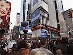 La foule regarde Macy Thanksgiving Day Parade, New York City, New York, USA