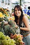 Frau Einkaufen bei Straßenmarkt, Jardins Nachbarschaft, Sao Paolo, Brasilien