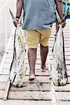 Homme faisant glisser Mahi-Mahi sur la jetée, Baja, Mexique