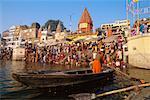 Bateau sur la rivière avec la foule sur la berge, Uttar Pradesh, Varanasi, Inde