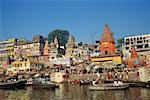 Bateaux sur le fleuve avec la foule sur la berge, Uttar Pradesh, Varanasi, Inde