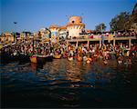 Gens se baigner dans la rivière, Varanasi, Inde