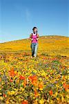 Frau Wandern im Feld