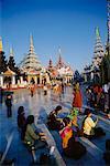 Personnes à la pagode Shwedagon, Yangon, Myanmar