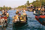 Gens dans le marché des bateaux sur la rivière, Phung Hiep, Vietnam