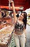 Femme tenant un poisson au marché de rue, Sao Paulo, Brésil