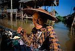 Homme au lac Inle, le Myanmar, le marche flottant