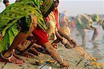 Menschen darbringen von River, Allahabad, Uttar Pradesh, Indien