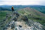 Mann sucht Out Over Valley, Firth River Valley, Yukon, Kanada