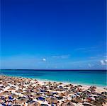 Reihen von Sonnenschirmen, Playa del Carmen, Mexiko