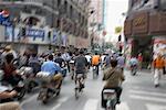 Gens faire du vélo dans la rue, Shanghai, Chine