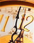 Horloge antique avec les mains près de minuit