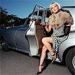 Femme sortant de la voiture