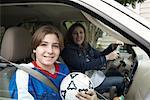 Mère et fils en voiture