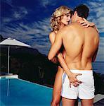 Couple faire place au bord de la piscine