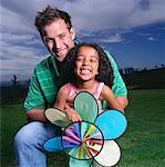 Portrait du père Holding fille sur les genoux, en plein air