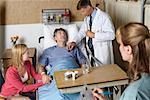 Médecin avec le Patient à l'hôpital