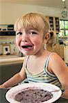 Fille qui pleure à la Table du petit déjeuner