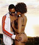 Mann und Frau umarmen am Strand