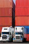 Camions de transport en face de grandes caisses