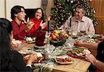Familie mit Weihnachtsessen