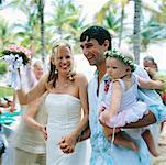 Mariée et le marié avec la fille au mariage