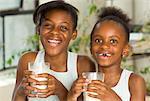 Portrait des sœurs boire du lait