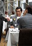 Kellner, Gießen Wein für Paar im Restaurant