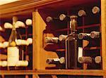 bouteilles de vin dans un casier à vin