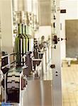 bouteilles de vin dans une usine d'embouteillage