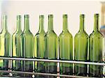 gros plan des bouteilles de vin vides dans une usine d'embouteillage