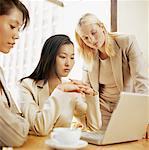 Nahaufnahme der drei gespann vor einem Laptop in einem Büro sitzen