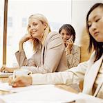drei Geschäftsfrauen sitzen in einem Konferenzraum