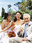 Portrait d'une jeune mariée, boire un coup avec un homme mûr et une femme mature
