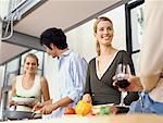 vier Jugendliche Kochen in der Küche