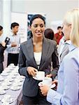 zwei Unternehmerinnen bei einer Kaffeepause auf einem seminar