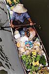 Commerçant à Bangkok, en Thaïlande, le marche flottant