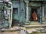 Moine dans l'embrasure de la porte, Ta Prohm Temple, Cambodge